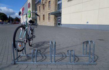 stojaki-rowerowe-przy-ch-suwalki-plaza